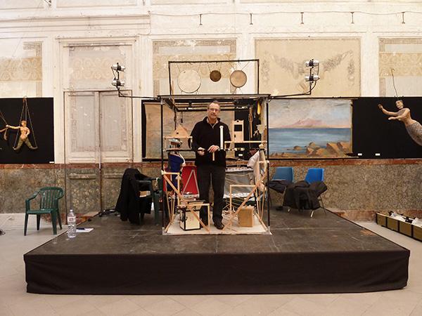 Montando el espectáculo 'A Manos Llenas' en el Museo de Marionetas de Palermo (1911). Foto de Rebecca Simpson.